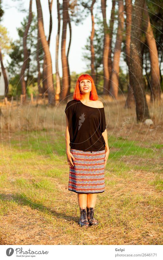 Rothaarige Frau, die den sonnigen Tag genießt. Lifestyle Glück schön Gesicht Freiheit Mensch Erwachsene Natur Baum Park Wald Mode Rock rothaarig genießen