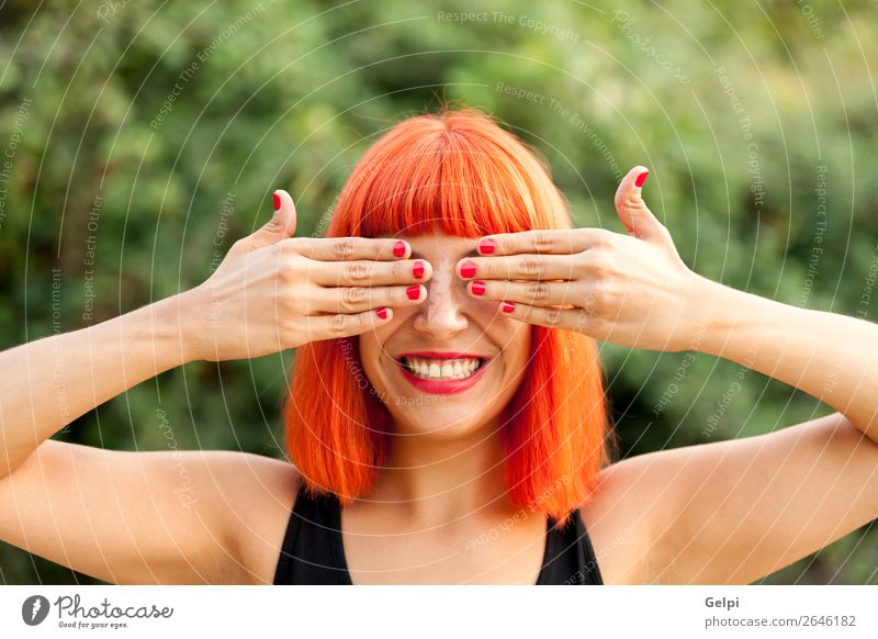 Rothaarige Frau, die ihre Augen in einem Park bedeckt. Lifestyle Stil Freude Glück schön Haare & Frisuren Gesicht Wellness ruhig Spielen Sommer Mensch