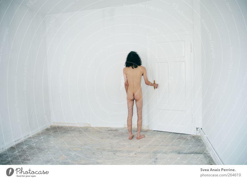 der weg nach draußen. maskulin Mann Erwachsene Körper Haut Rücken Gesäß 1 Mensch Innenarchitektur Autotür Holzfußboden brünett langhaarig Locken stehen kalt