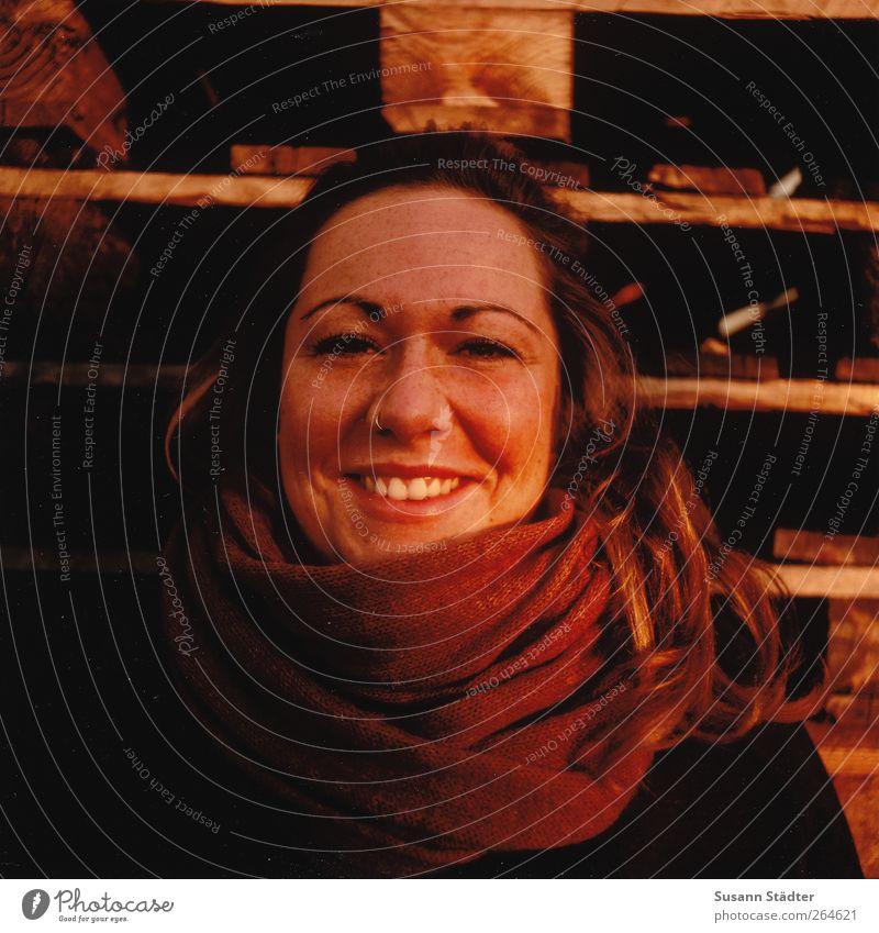 ich muss gar nichts feminin Frau Erwachsene Kopf Haare & Frisuren Gesicht 1 Mensch 18-30 Jahre Jugendliche Schal blond langhaarig Lächeln lachen leuchten