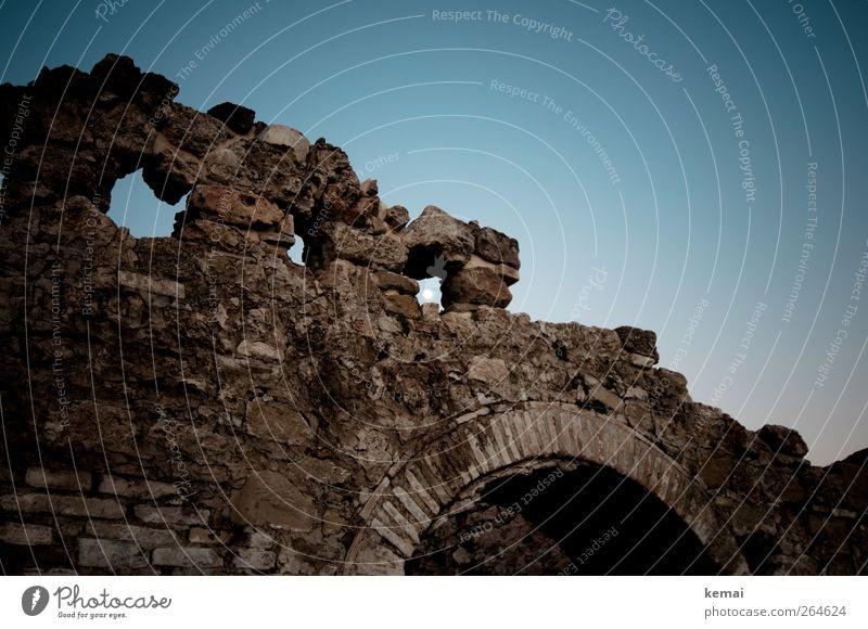 Ruinen alt blau dunkel Fenster Wand Stein Mauer verfallen historisch Tor Mond Torbogen