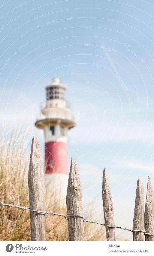 Nordseeromantik II weiß rot Fenster Gras Küste Fassade Sicherheit Sehnsucht Düne Zaun Leuchtturm Fernweh Sehenswürdigkeit Heimweh Belgien