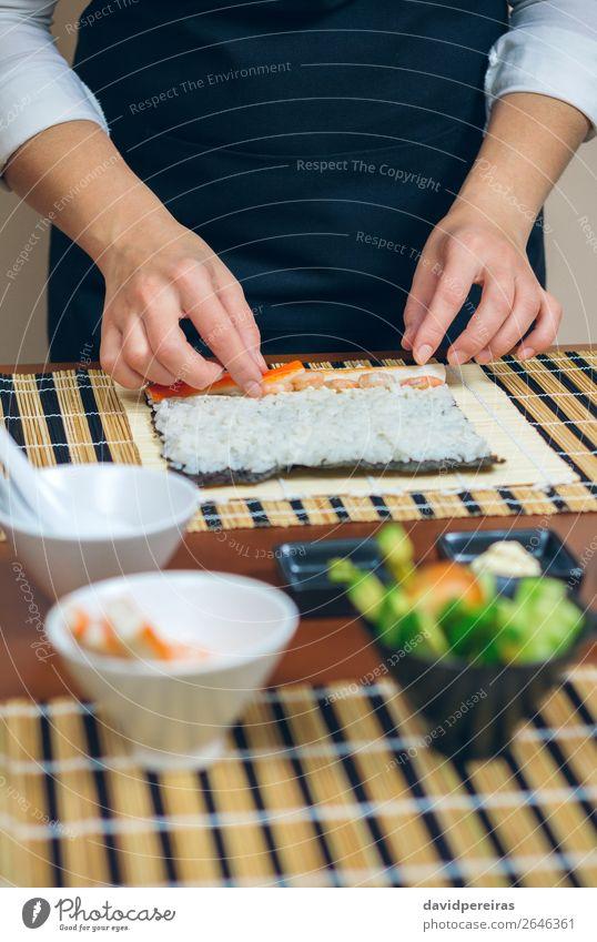 Chefkoch Hände legen Zutaten auf Reis Meeresfrüchte Diät Sushi Schalen & Schüsseln Restaurant Mensch Frau Erwachsene Hand machen frisch Küchenmaschine Putten