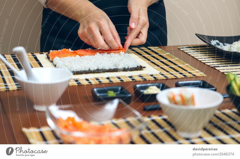 Chefkoch Hände legen Zutaten auf Reis Meeresfrüchte Diät Sushi Schalen & Schüsseln Restaurant Mensch Frau Erwachsene Hand machen frisch Küchenchef Platzierung
