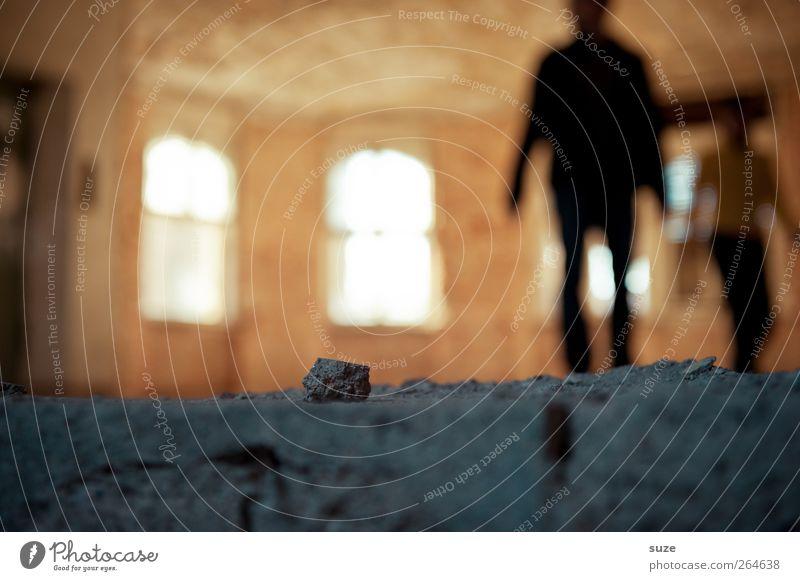 Schattendasein Mensch 2 Haus Ruine Gebäude Fenster Stein stehen dunkel hell gelb grau Rätsel stagnierend Sucht Verfall Vergangenheit Vergänglichkeit Boden