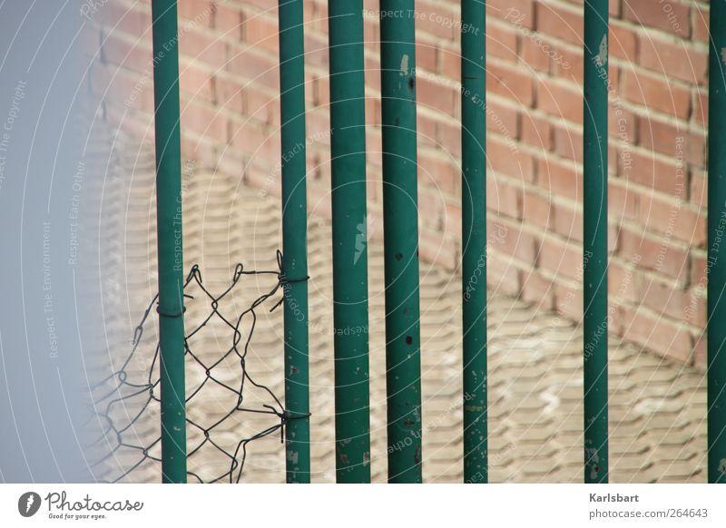 ... und hinter tausend Stäben keine Welt. Wand Architektur Wege & Pfade Stein Mauer Metall Linie Fassade Verkehr Tourismus Sicherheit Wandel & Veränderung Streifen Industrie Güterverkehr & Logistik Fabrik