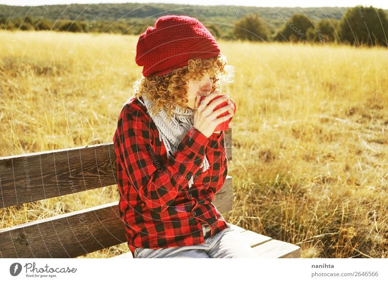 Porträt einer jungen Frau, die im Freien Kaffee trinkt. Frühstück Getränk trinken Heißgetränk Tee Lifestyle Leben Erholung ruhig Freiheit Sonnenbad Mensch