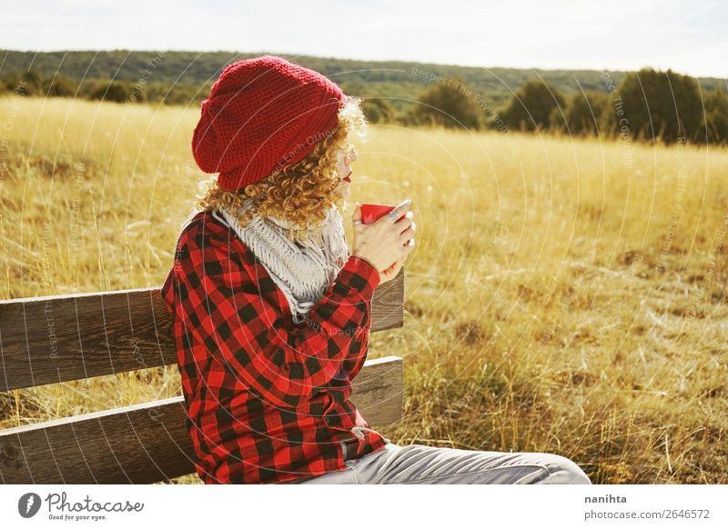 Eine junge Frau nimmt eine Tasse Tee. Frühstück Getränk Heißgetränk Kaffee Becher Lifestyle Leben Erholung ruhig Freiheit Sonnenbad Mensch feminin Junge Frau
