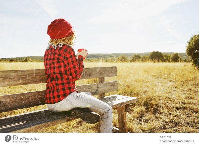 junge Frau von hinten beim Frühstück im Freien Getränk Heißgetränk Kaffee Tee Lifestyle Leben Erholung ruhig Ferien & Urlaub & Reisen Abenteuer Ferne Freiheit