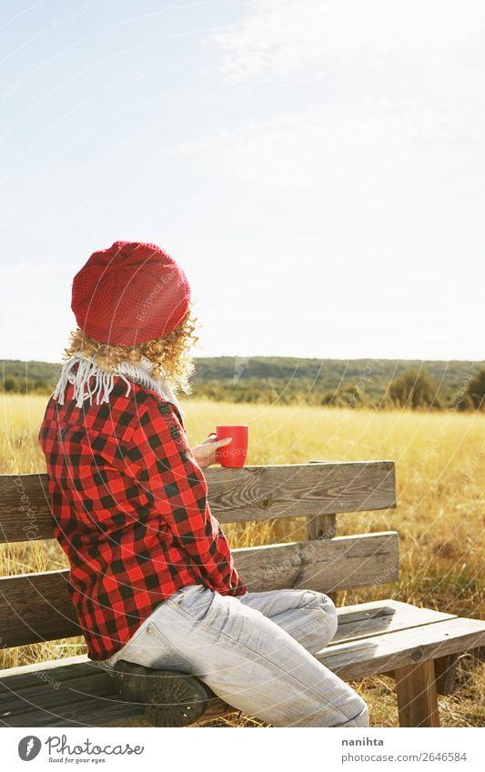 Eine junge Frau von hinten in einem rot karierten Hemd. Frühstück trinken Heißgetränk Kaffee Tee Lifestyle Gesundheit Wellness Leben Erholung ruhig