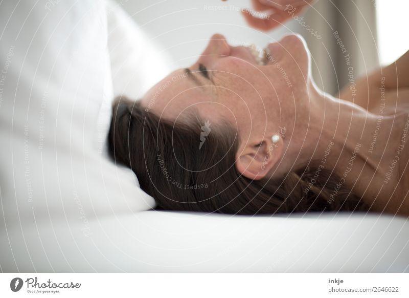 Wochenende schön Häusliches Leben Bett Schlafzimmer Frau Erwachsene Kopf Gesicht Hals Frauenhals Halsschlagader 1 Mensch Ohrringe Perle schwarzhaarig brünett