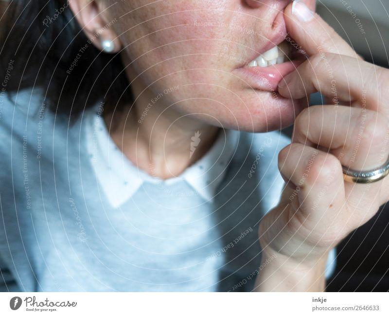 ? Stil Frau Erwachsene Leben Gesicht Mund Lippen Zähne Hand Finger 1 Mensch 18-30 Jahre Jugendliche 30-45 Jahre authentisch außergewöhnlich seltsam Langeweile