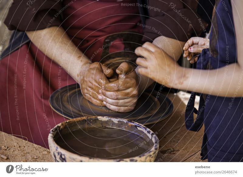 Hände eines Töpfers, der Ton bildet Schalen & Schüsseln Topf Basteln Kind Arbeit & Erwerbstätigkeit Handwerk Mensch Frau Erwachsene Finger Kunst Kultur berühren