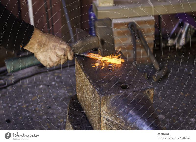 Glüheisen in einer alten Metallschmiede kaufen Arbeit & Erwerbstätigkeit Industrie Handwerk Werkzeug Hammer Stahl glänzend dreckig heiß hell retro rot schwarz
