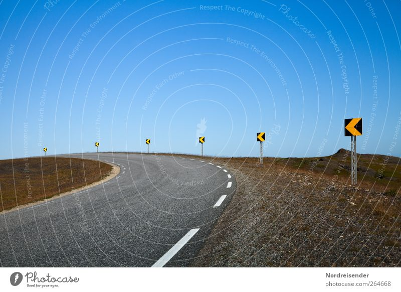 Richtung Einsamkeit ruhig Straße Freiheit Bewegung Schilder & Markierungen Ausflug Verkehr gefährlich ästhetisch Sicherheit Hinweisschild Streifen fahren