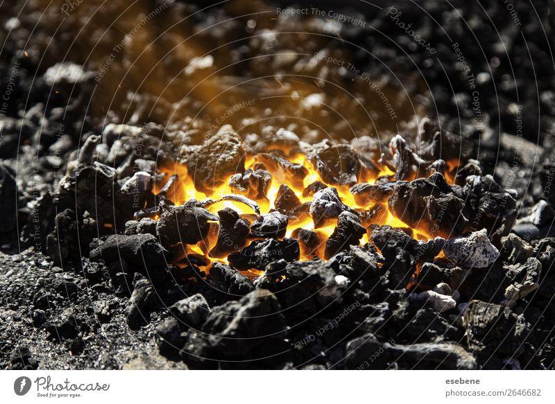 Roter heißer Kohlenstoff in einer Kohle zum Kochen Sommer Wärme hell gelb rot schwarz Energie Farbe Feuer Holz brennend Glut Hintergrund Holzkohle erwärmen