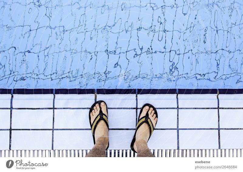 Männerfüße im Poolwasser Lifestyle Freude schön Körper Pediküre Erholung Spa Schwimmbad Freizeit & Hobby Ferien & Urlaub & Reisen Sommer Meer Mensch Frau