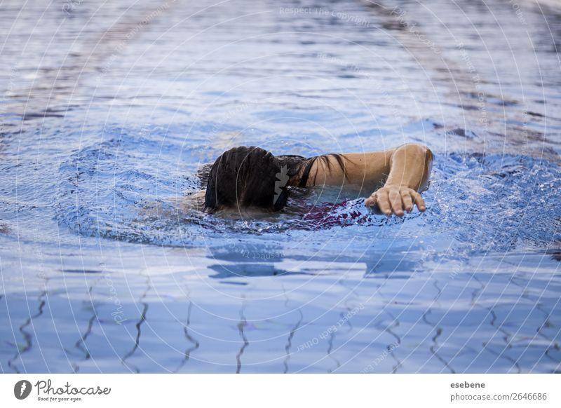 Junge Frau, die im Sommer in einem Pool schwimmt. Lifestyle schön Körper Schwimmbad Freizeit & Hobby Sport Mensch Erwachsene Mann Arme Bewegung Fitness nass