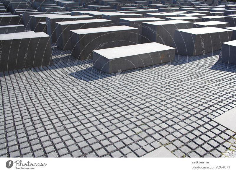 Holocaust Hauptstadt Stadtzentrum Menschenleer Sehenswürdigkeit Wahrzeichen Denkmal seriös Holocaustgedenkstätte Beton Berlin Farbfoto Gedeckte Farben