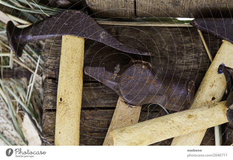 Wütende Metallhämmer zum Schlagen Tisch Arbeit & Erwerbstätigkeit Industrie Handwerk Werkzeug Hammer Säge Gebäude Holz Stahl Rost alt bauen dreckig retro braun