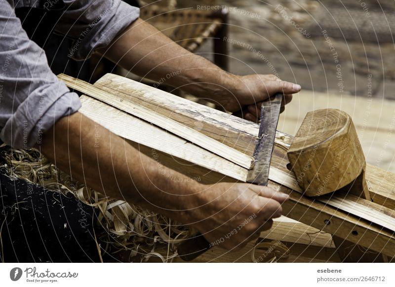 Handwerkliches Schleifen und Formen von Holz Möbel Tisch Arbeit & Erwerbstätigkeit Werkzeug Sand Gebäude Leder Papier alt tragen natürlich Schreinerei