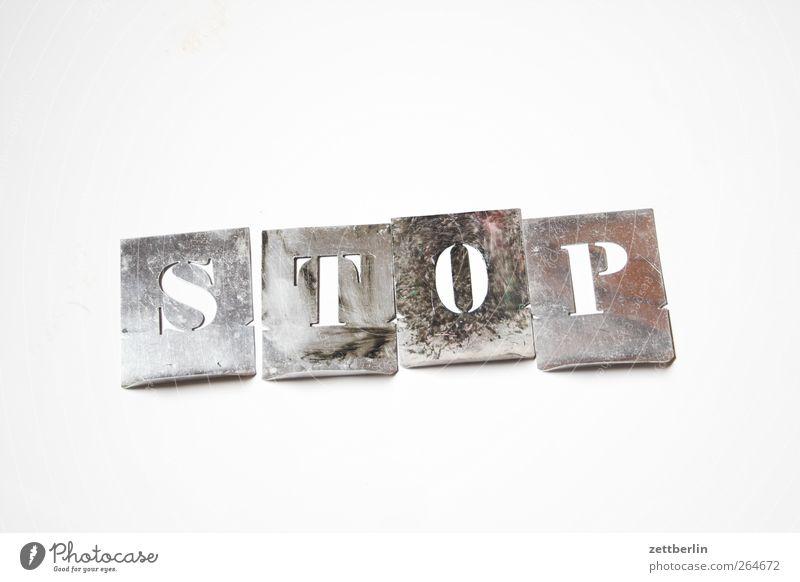 STOP Zeichen Schriftzeichen Schilder & Markierungen Hinweisschild Warnschild gut Buchstaben Wort stoppen Schablonenschrift Farbfoto Gedeckte Farben