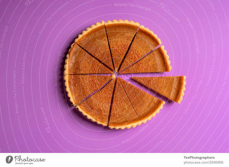 Geschnittene Kürbiskuchen und ein separates Stück. Draufsicht. Kuchen Dessert Süßwaren Erntedankfest süß violett Tradition Trennung obere Ansicht Amerikaner