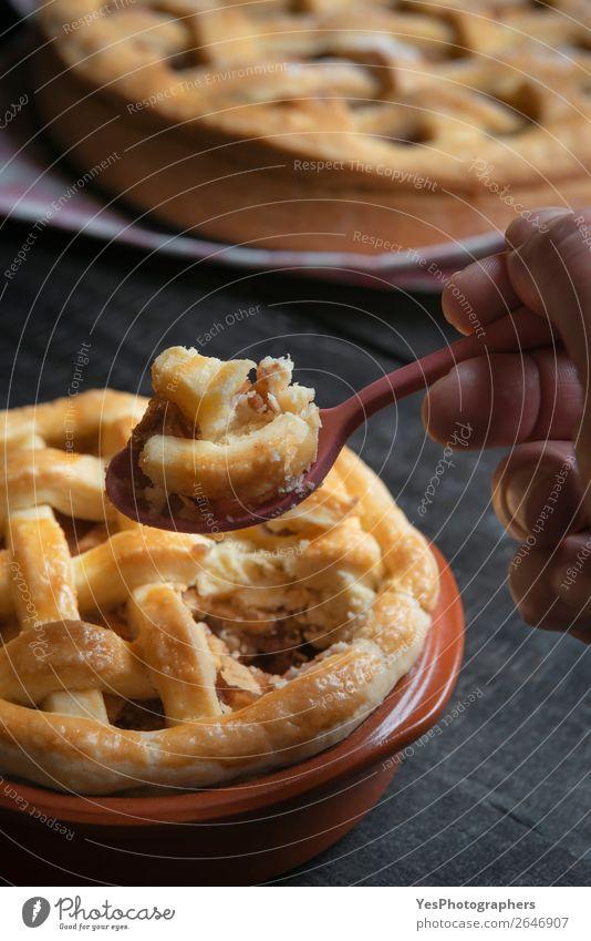 Löffel mit Apfelkuchen in der Hand halten. Dessert Essen. Kuchen Süßwaren Frühstück Tisch Erntedankfest genießen süß schwarz Tradition November Amerikaner