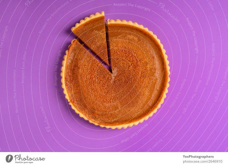 Ganze Kürbiskuchen mit einer geschnittenen Scheibe. Obige Ansicht. Kuchen Dessert Süßwaren Winter Feste & Feiern Erntedankfest Weihnachten & Advent Herbst