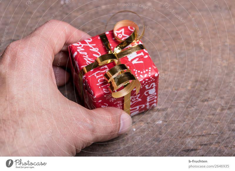 Ein kleines Dankeschön kaufen Reichtum Freude sparen Feste & Feiern Weihnachten & Advent Mann Erwachsene Hand Finger 1 Mensch Verpackung Schleife wählen
