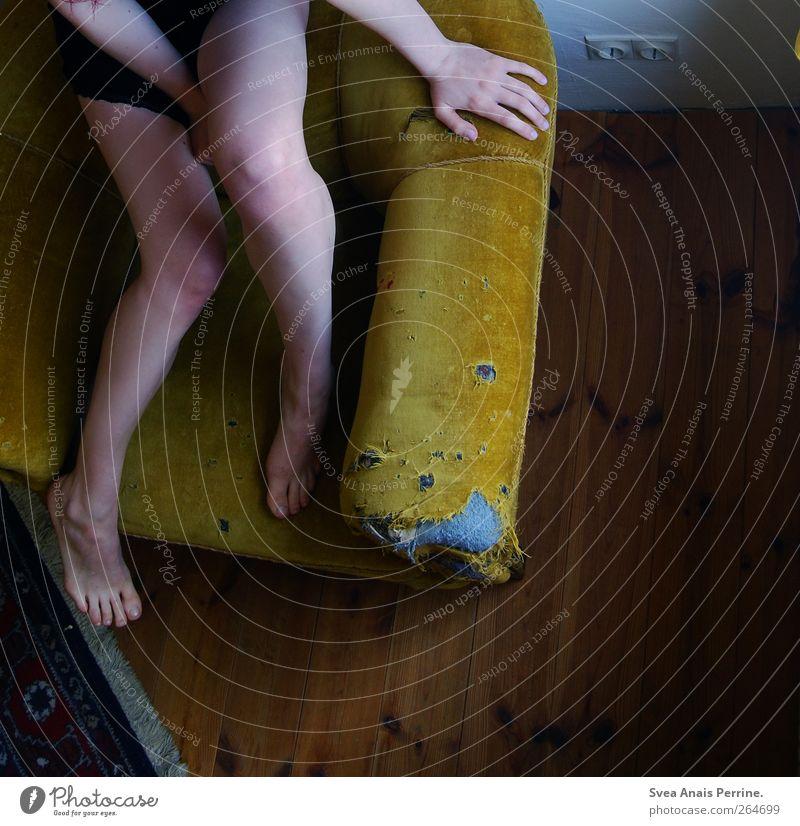 wohn.sitz. maskulin Junge Frau Jugendliche Gesäß Beine Fuß nackt 1 Mensch 18-30 Jahre Erwachsene Haus Raum Sessel Sofa Teppich Holzbrett Holzfußboden sitzen