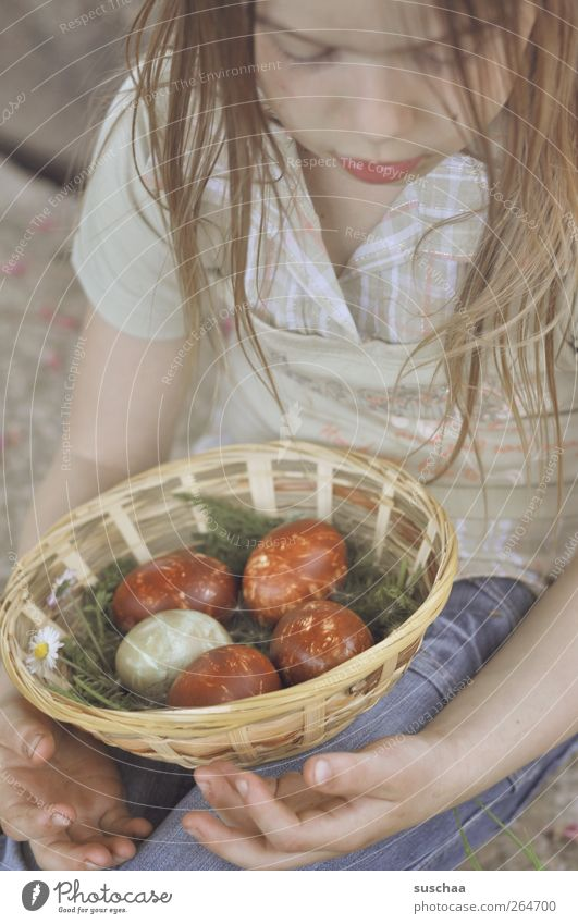 nretso ehorf Mensch Kind Hand Mädchen Gesicht feminin Kopf Haare & Frisuren Feste & Feiern Körper Kindheit Arme Haut Finger Dekoration & Verzierung Ostern