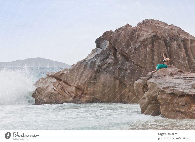 BASTIAN & FUCHUR Frau Natur Wasser Ferien & Urlaub & Reisen Meer Strand Spielen Küste Stein Felsen fliegen groß Reisefotografie Idylle Postkarte Märchen