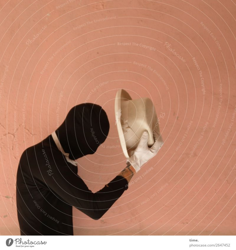 Acting (XV) maskulin Mann Erwachsene 1 Mensch Künstler Schauspieler Mauer Wand Anzug Fliege Tattoo Handschuhe Hut Kommunizieren dunkel Freundlichkeit Ehre