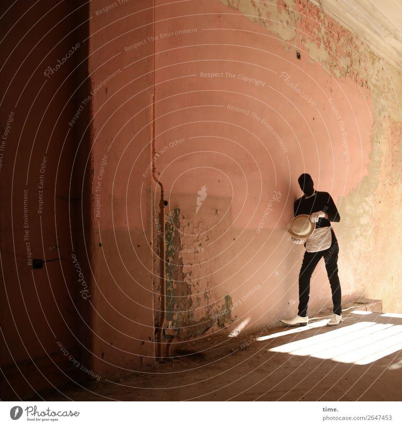 Acting (IX) maskulin Mann Erwachsene 1 Mensch Ruine Bauwerk Mauer Wand lost places Anzug Fliege Handschuhe Schürze Schuhe Hut Denken festhalten stehen warten