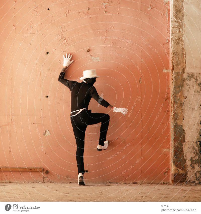 Acting (IV) Mensch Mann Erwachsene Leben Wand Bewegung Mauer außergewöhnlich maskulin Kraft Schuhe stehen Kreativität Idee entdecken Klettern