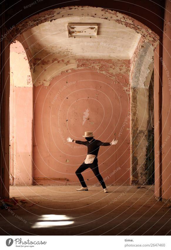 Acting (V) Mensch Mann dunkel Erwachsene Leben Wand Bewegung Mauer maskulin Schuhe stehen Kreativität Tanzen historisch festhalten geheimnisvoll