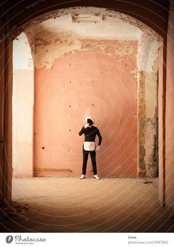 Acting (XIV) Mensch Mann Erwachsene Wand Mauer Denken maskulin nachdenklich Schuhe stehen historisch Sehenswürdigkeit Hut Wachsamkeit selbstbewußt trashig