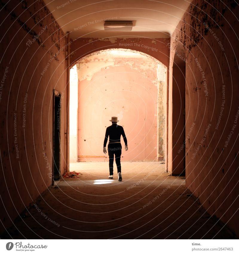 lost place still walking maskulin Mann Erwachsene 1 Mensch Künstler Schauspieler Ruine Mauer Wand Flur lost places Anzug Handschuhe Schuhe Hut gehen authentisch