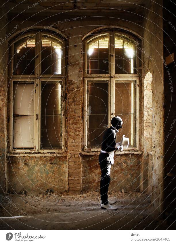 soon acting yet preparing (III) Mensch Mann Fenster Architektur Erwachsene Leben Wand Mauer außergewöhnlich maskulin dreckig Schuhe stehen Vergänglichkeit