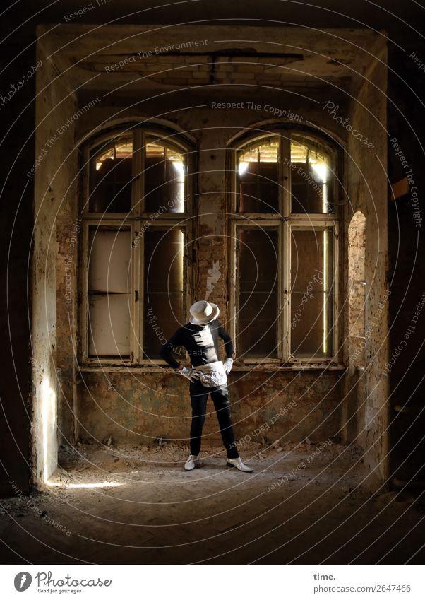 soon acting yet preparing (IV) Mensch Mann Fenster dunkel Erwachsene Leben Wand Mauer maskulin dreckig Schuhe stehen Kreativität kaputt historisch festhalten
