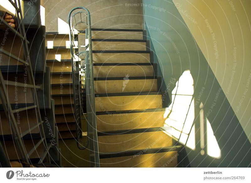 Treppe runter Stadt Haus Bauwerk Gebäude Architektur Mauer Wand gut Treppenabsatz Treppengeländer Sonnenlicht aufsteigen Abstieg Farbfoto Gedeckte Farben