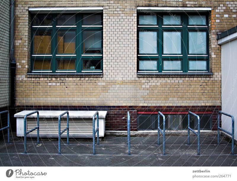 Fahrradständer (leer) Stadt Bauwerk Gebäude Architektur Mauer Wand Fassade Fenster warten trist Farbfoto Gedeckte Farben Außenaufnahme Detailaufnahme