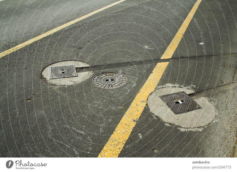 Zurück in die Zukunft für Quereinsteiger Stadt Architektur Verkehr Verkehrswege Straße Wege & Pfade gut Schilder & Markierungen Markierungslinie Gully Spuren