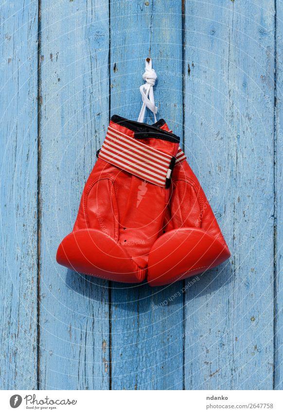 rote Lederboxhandschuhe hängen an einem Nagel Fitness Sport Sport-Training Handschuhe blau Kraft Schutz Farbe Konkurrenz Boxsport erhängen Gerät sportlich