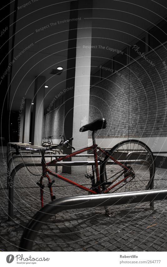 Verlassen und beraubt... Stadt weiß rot Einsamkeit dunkel Fenster schwarz kalt Wand Gebäude Mauer außergewöhnlich Deutschland Fassade Metall Fahrrad
