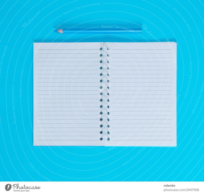Notizbuch mit leeren weißen Blättern in Reihe Schule Büro Business Buch Papier Zettel Schreibstift Holz schreiben oben blau lernen Hintergrund blanko Entwurf