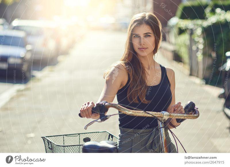 Attraktive, freundliche junge Frau mit dem Fahrrad Lifestyle Freude Glück schön Freizeit & Hobby Sommer Sport Erwachsene 1 Mensch 18-30 Jahre Jugendliche Straße