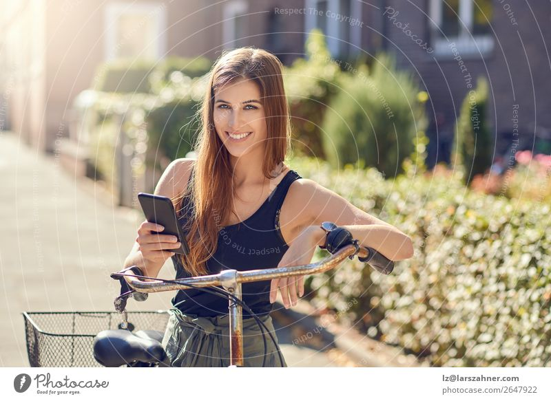 Schöne Frau mit Fahrrad und Smartphone Glück schön Gesicht Sommer Business PDA Technik & Technologie Erwachsene 1 Mensch 18-30 Jahre Jugendliche Wärme Straße