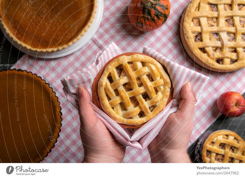 Apfelkuchen in Händen gehalten über einem Tisch mit vielen Kuchen. Dessert Süßwaren Küche Feste & Feiern Erntedankfest Weihnachten & Advent außergewöhnlich süß